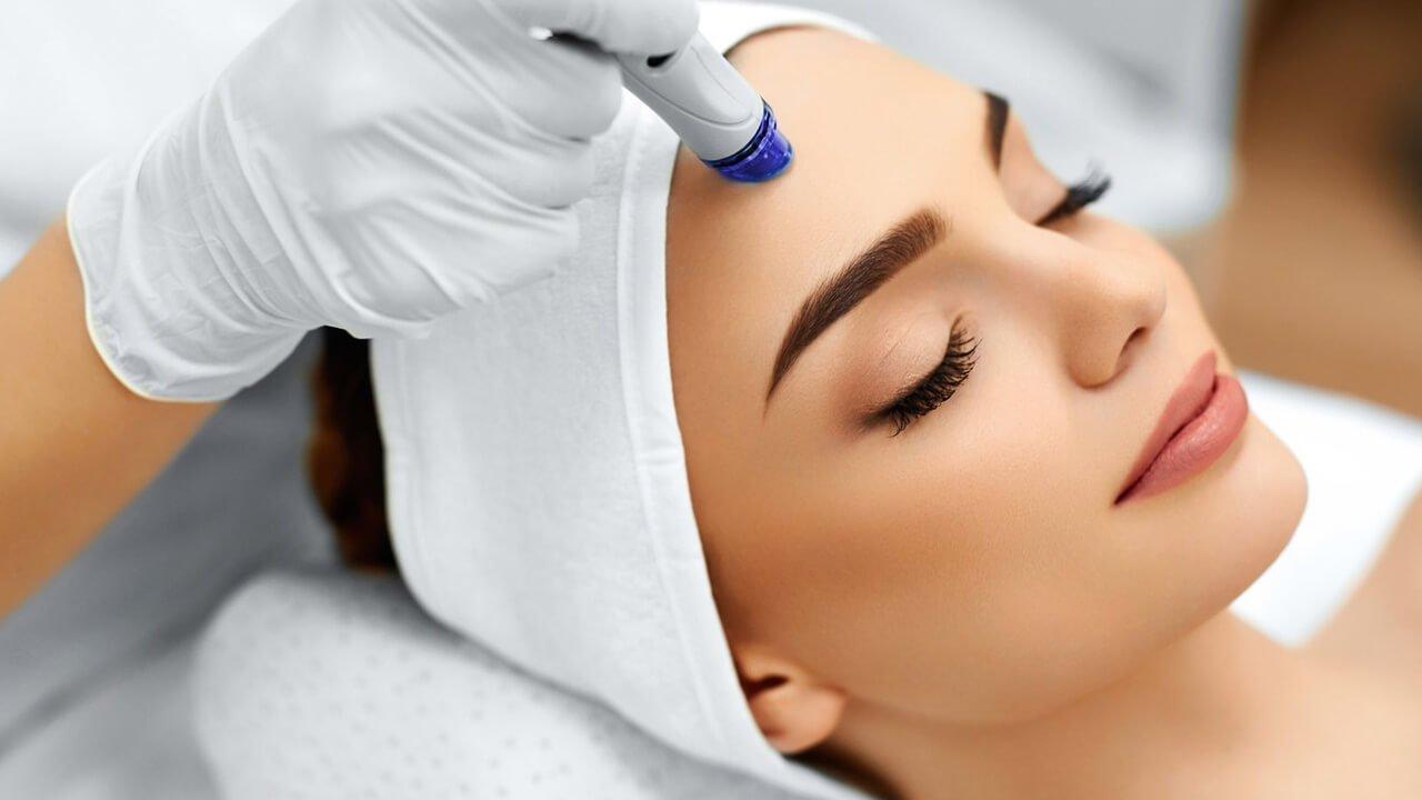 mujer recibiendo tratamiento de acne